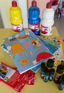 Colle, colori, tempere e quaderni donati dal Comitato dei Genitori